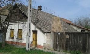Állomástéren jó tájolású telek kis házzal építési teleknek eladó!