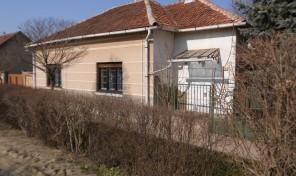 Csanádpalotán a muskátli utcában igényes nagy ház gyönyörű parkosított kerttel eladó!
