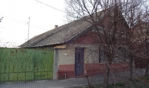 Szent Anna utcai parasztház, gazdálkodásra alkalmas nagy telken eladó!