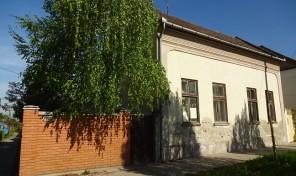 Kálvária és Szép utcák találkozásánál, kiváló helyen családi ház eladó!