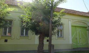 Aradi utcában a focipálya mellett nagy polgári ház, nagy telken eladó!