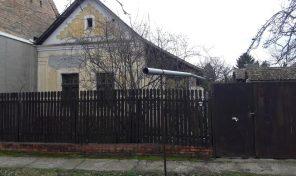 Batthyány utcában nagy telek kis parasztházzal, akár építési teleknek is eladó!