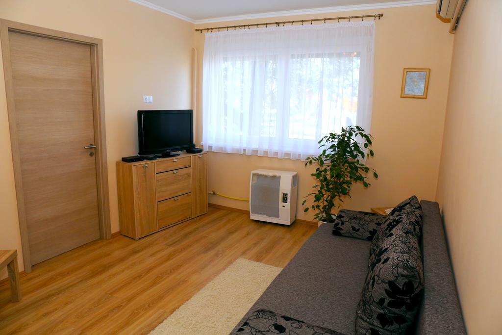 Fürdőre néző 1,5 szobás földszinti, teljesen felújított apartman eladó!