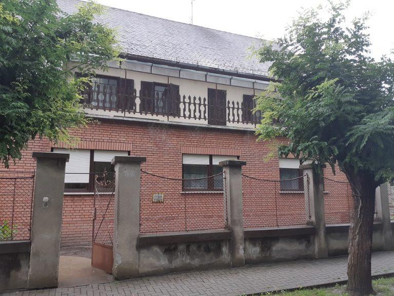 Petőfi parkban két szintes ház, mely apartmanháznak is kiváló lehetőség eladó!