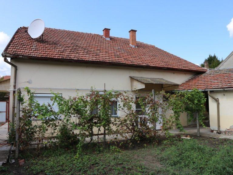 Kálvária utcai tip-top téglaház eladó garázzsal, kis kerttel!