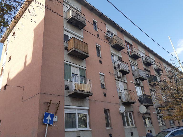 Szegeden a Párizsi körút 29-ben 2. emeleti 2 szobás téglalakás eladó!