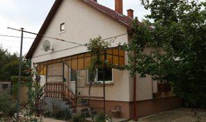 Móricz Zsigmond utcai kitűnő családi ház,egy kisebb összkomfortos téglaházzal eladó!