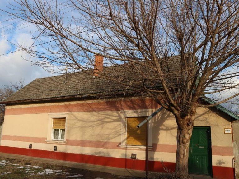 Újvároson a Zöldért közelében két szobás összkomfortos ház eladó!