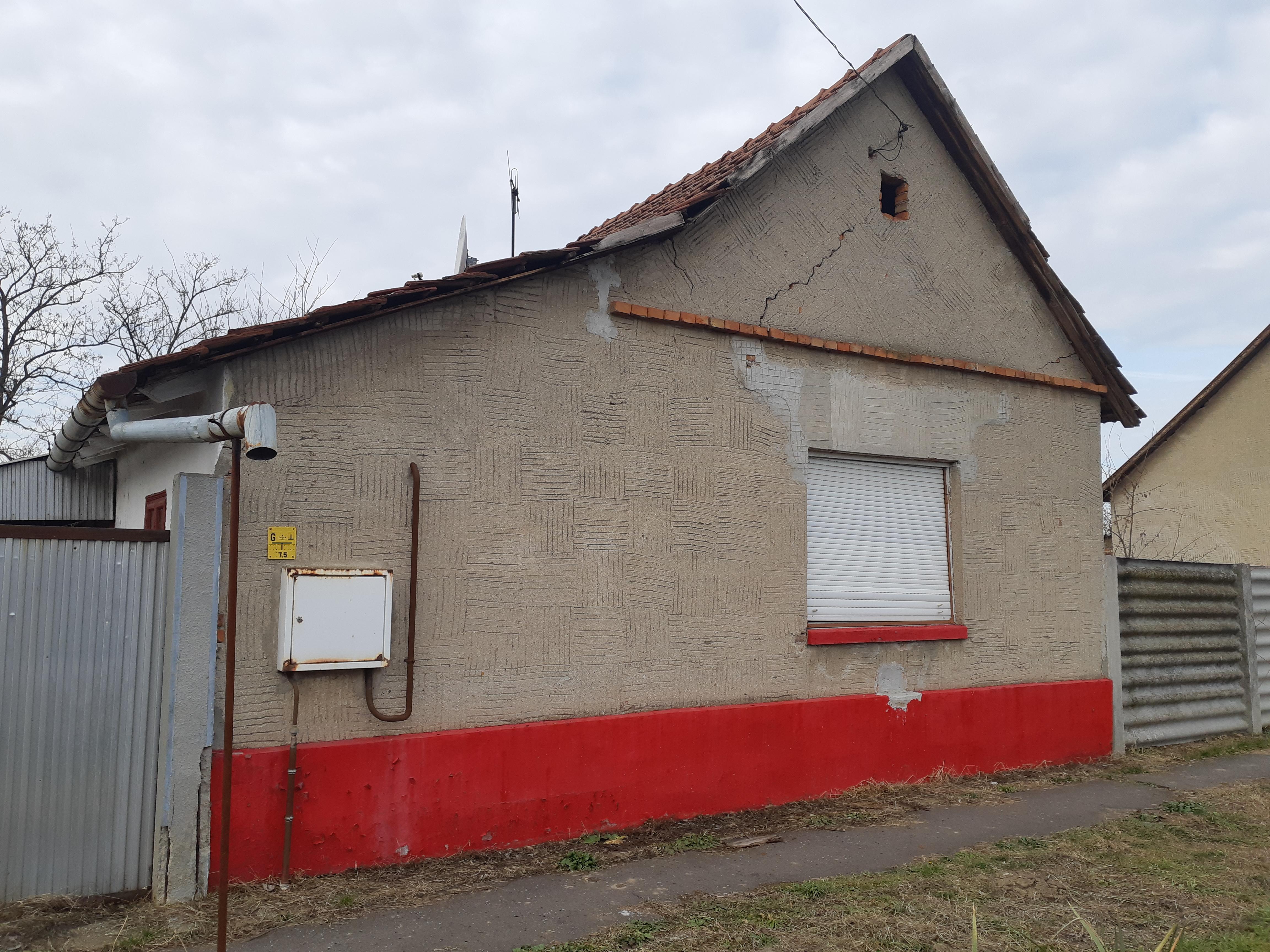 Apátfalván a Móricz Zsigmond utcában kis parasztház, összközműves telken eladó!