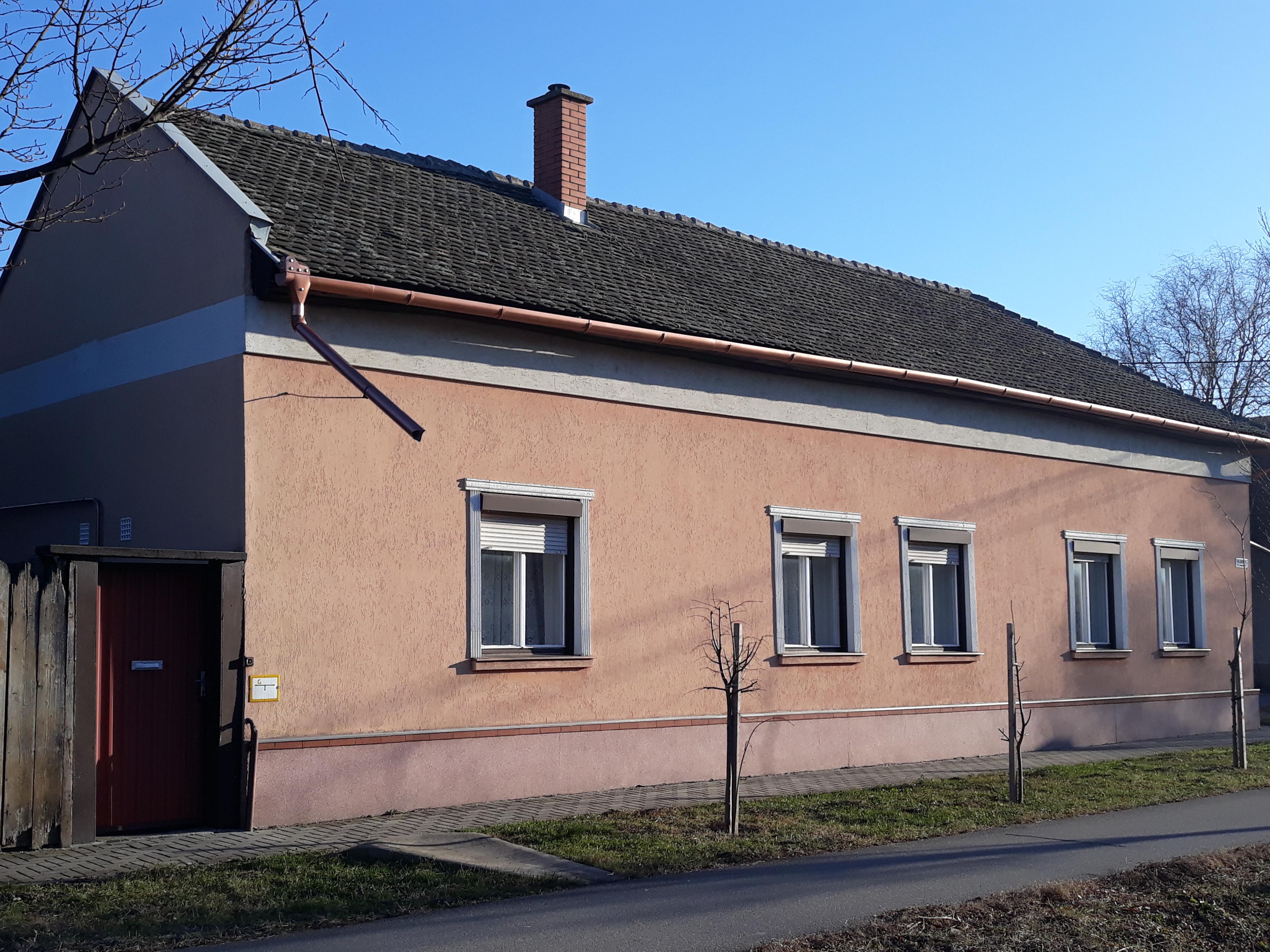 Kálvária és Sírkert utcák sarkán eladó 3 szobás összkomfortos ház!