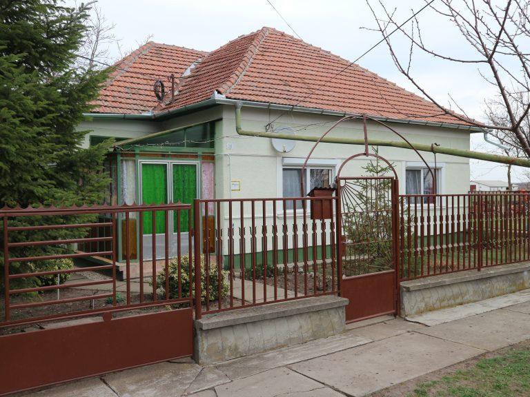 Csanádpalotán igényes tégla családi ház, hasznos melléképületekkel dupla portán eladó!