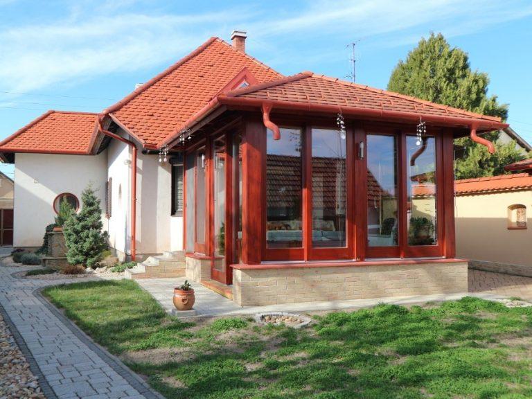 Exkluzív családi ház kiváló helyen , jakuzzis télikerttel, dupla garázzsal, parkosított kerttel!