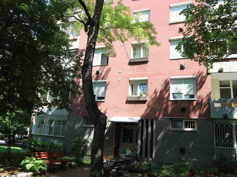 Szegeden a Hüvelyk utca 1/A középső, központi fűtéses 4. emeleti téglalakás eladó!