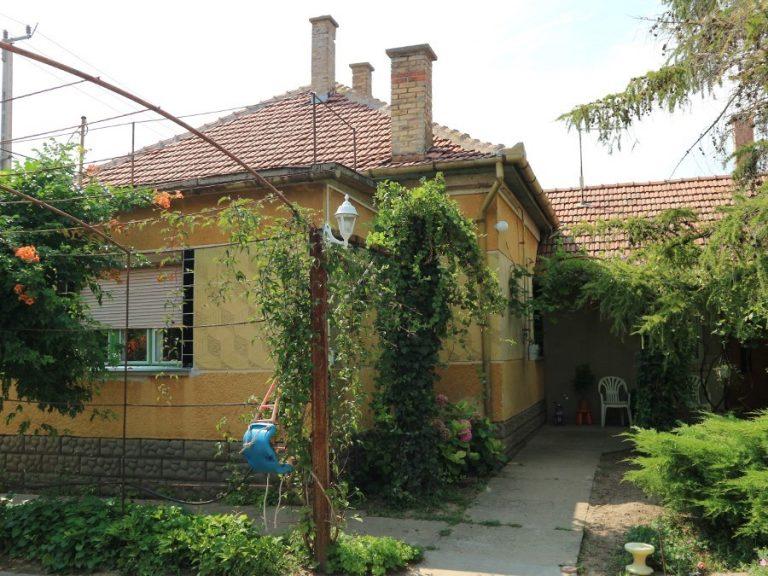Kiszomboron kifejezetten jó környéken, parkosított portán téglaház, két lakrésszel eladó!
