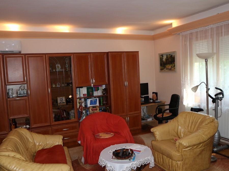 4 lakásos társasházban felújított lakás, garázzsal eladó!