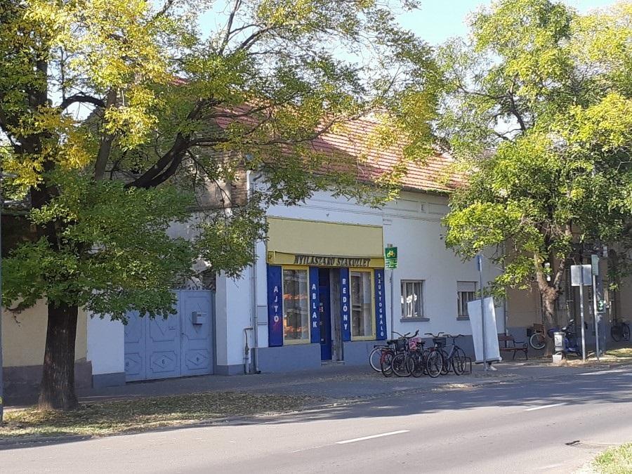 Csanád vezér téren, Makó központjában üzleti ingatlan, nagy sarki portán eladó!