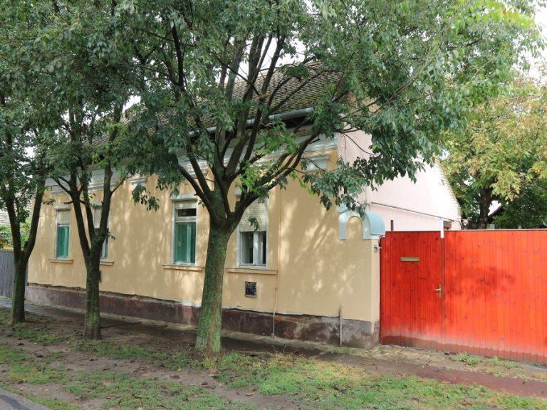 Kiszomboron az Ady utcában, kiváló helyen eladó ez az összkomfortos családi ház!