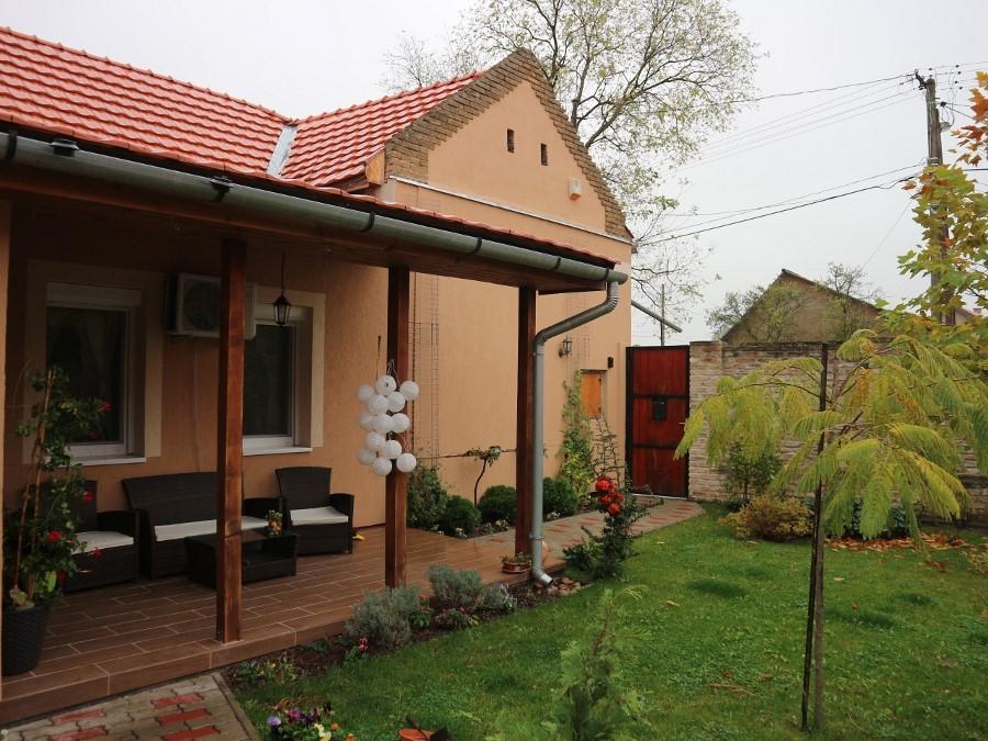 Lidl közelében teljesen felújított családi ház, garázzsal, tip-top parkosított udvarral eladó!
