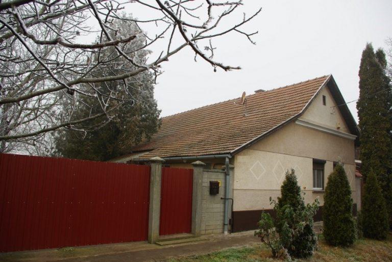 Királyhegyesen 3 és fél szobás összkomfortos otthonos ház, rendezett portával eladó!