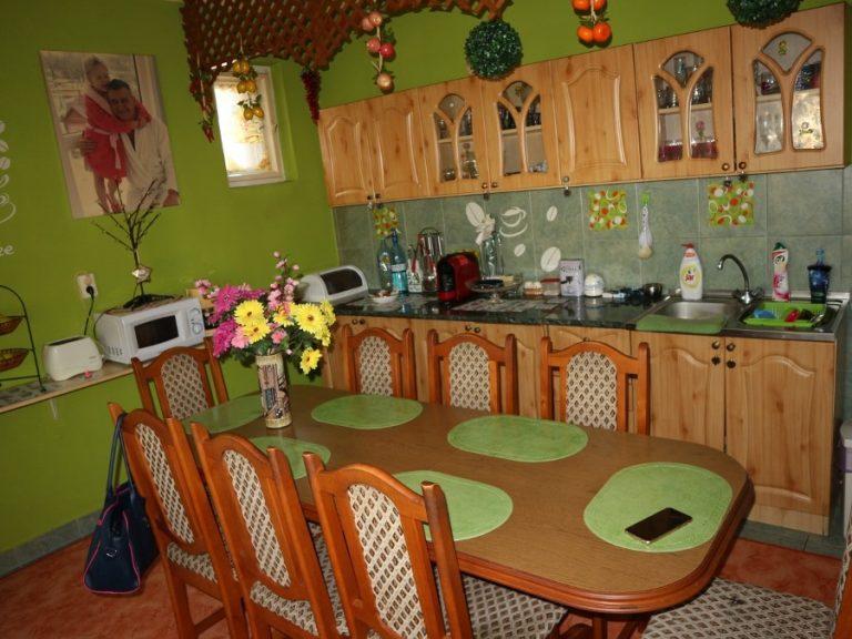 Rákóczi utcában belső kétszintes, 3 szoba+nappalis tégla lakás, kertrésszel eladó!