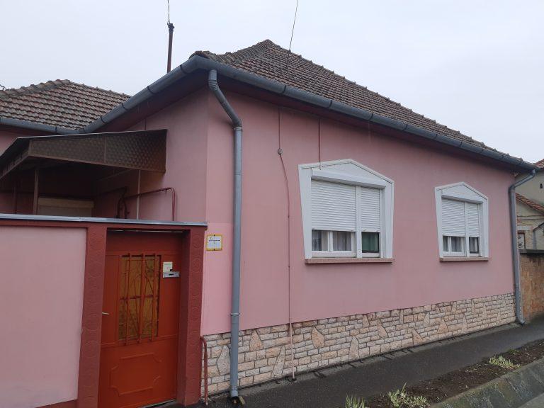 Kiszomboron központhoz közel eladó rendezett, jó állapotú téglaház eladó!