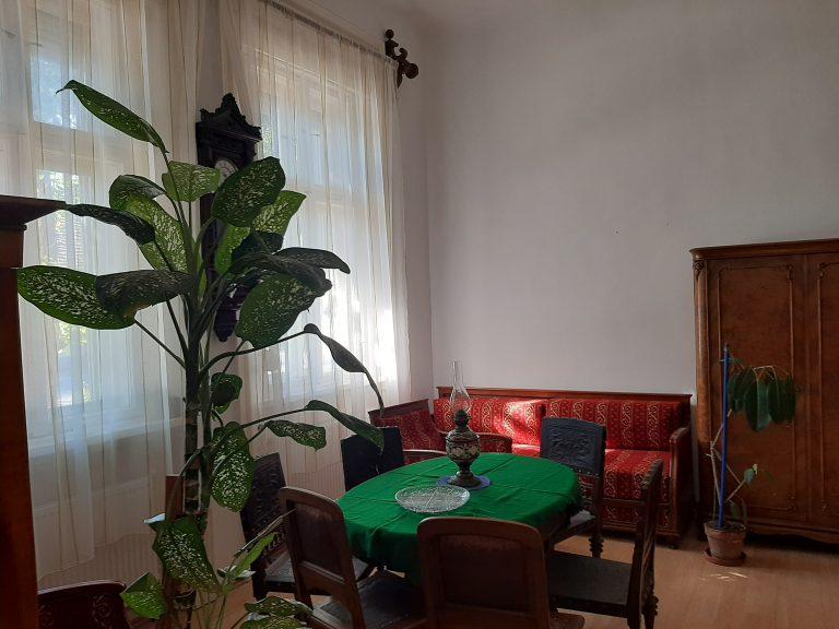 Makó főutcáján a Lidl közelében tetőtér beépitéses nagy ház eladó!