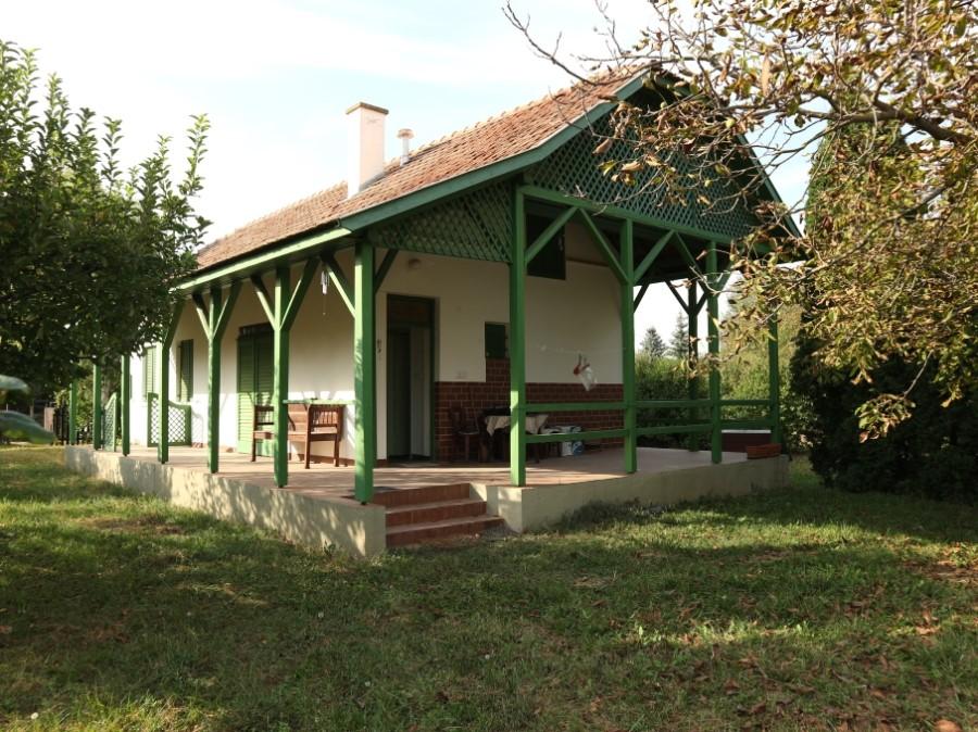 Makón, Lesiben szép lakható téglaház nagy egybefüggő területtel eladó!