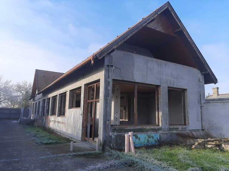Wekerle utcai szerkezetkész hatalmas téglaház, 230nm -es melléképülettel eladó!