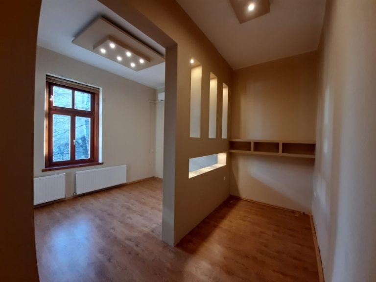 Igényesen felújított 1. emeleti tégla lakás, garázzsal Makó központjában eladó!