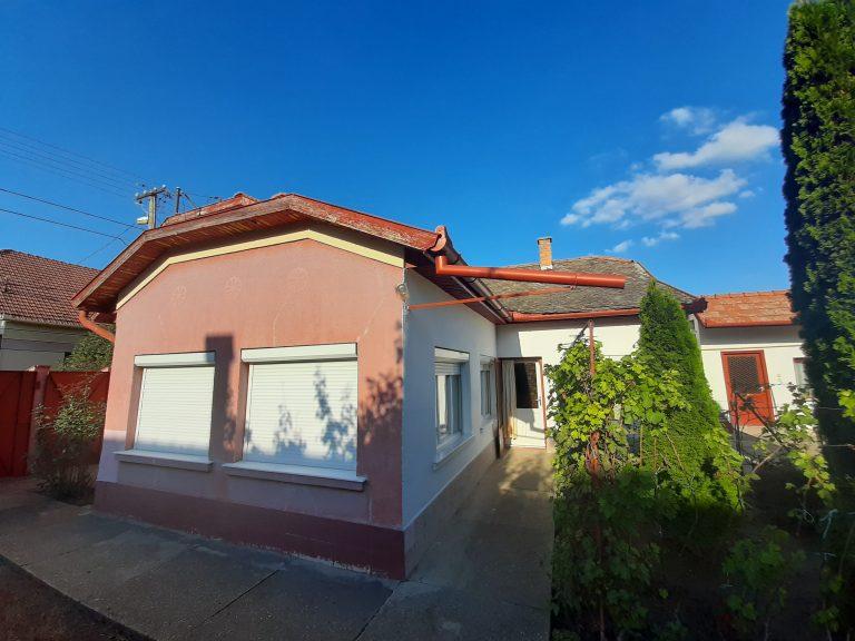 Kálvária utca közelében jó állapotú ház eladó!