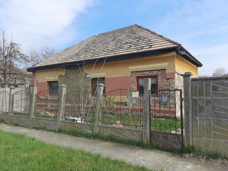 Maroslelén a Szegfű utcában felújítandó ház eladó!