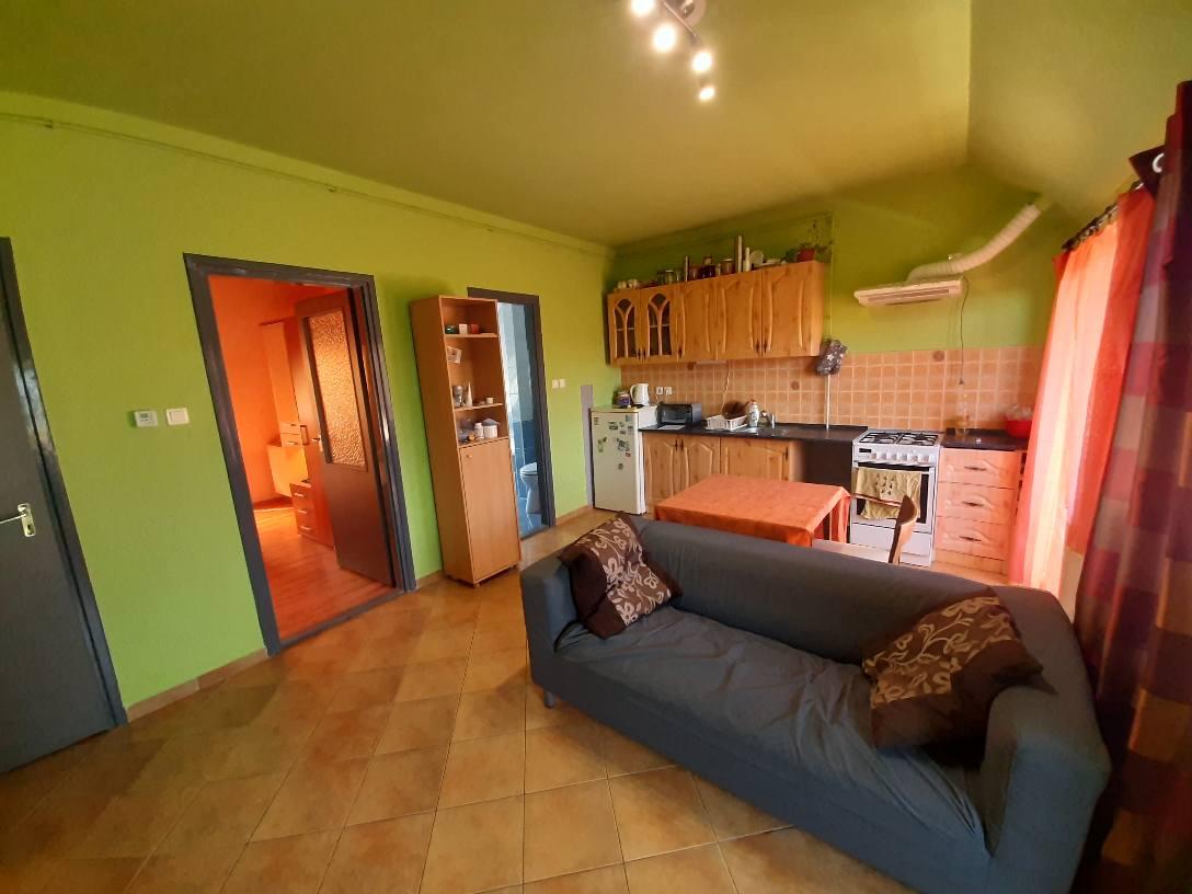 Hunyadi utcai modern tetőtéri lakás eladó!