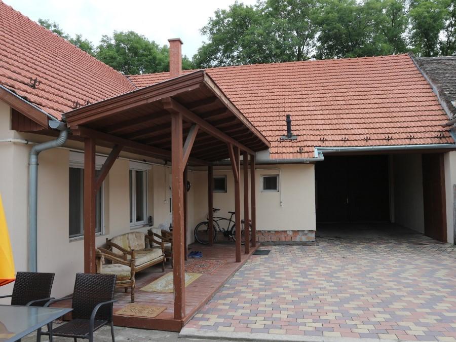 Makó fő utcáján, igényesen felújított családi ház, nagy garázzsal eladó!