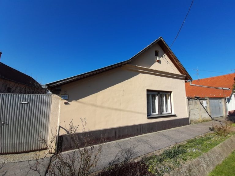 Makón a Móra Ferenc utcában található jó állapotú parasztház eladó!